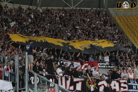 """Fahne der Frankfurter Fans mit der Aufschrift: """"Bomben auf Dynamo"""""""