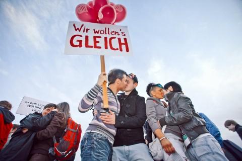 """Öffentliches """"Kiss-In"""" vorm sächsischen Landtag (Quelle: Initiative """"2 gleich 2"""")"""