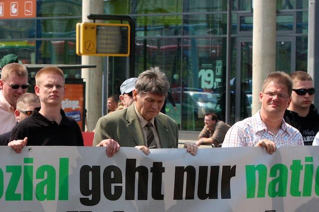 Die NPD-Landtagsabgeordneten (Jürgen W. Gansel, Winfried Petzold und Holger Apfel) bei einer Demonstration in Dresden