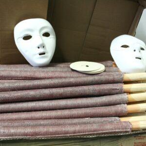 Beschlagnahmte Masken und Fackeln