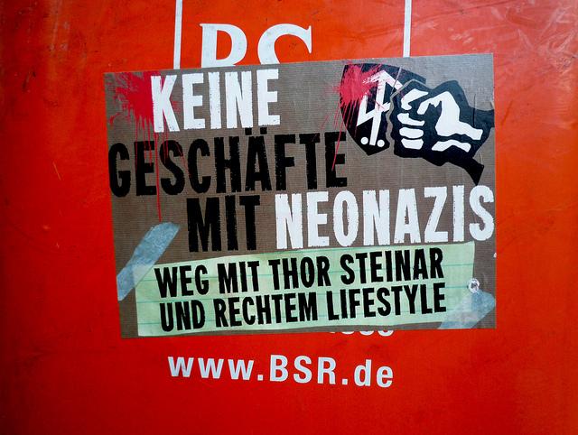 Keine Geschäfte mit Neonazis! (Quelle: flickr.com/photos/70flats/)