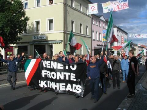 Veneto Fronte Skinheads beim Rudolf-Hess-Trauermarsch 2004 in Wunsiedel