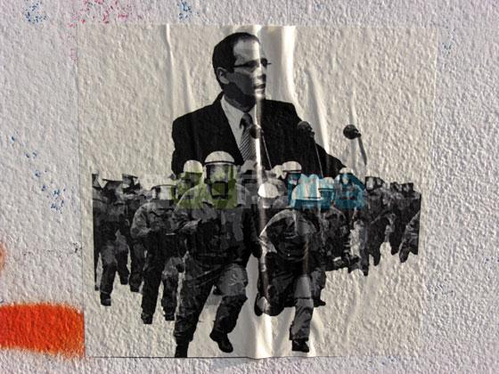 Konterfei von Markus Ulbig hinter Einsatzkräften der Polizei