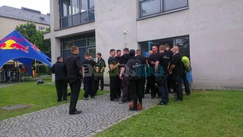 Einrasierter Scheitel und Anzüge: Rechte Schläger als Sicherheitskräfte bei der Campusparty der TU Dresden