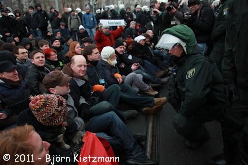 Sitzblockade mehrer Abgeordneter am 19. Februar in Dresden (Quelle: flickr.com/photos/kietzmann/)