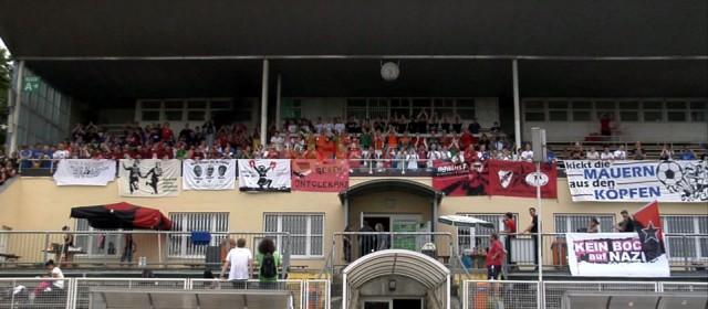 Haupttribüne im Heinz-Steyer-Stadion während des Antira-Cups