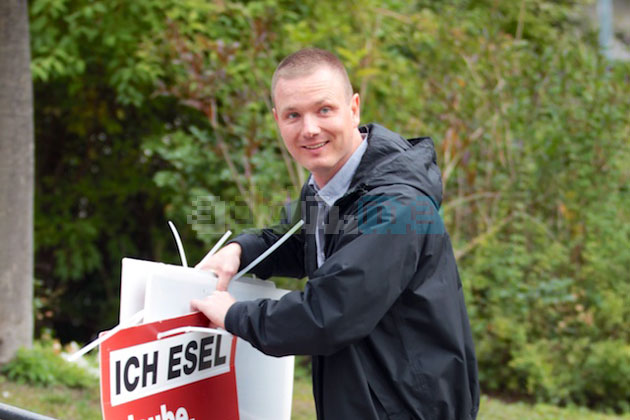 Jens Baur (NPD-KV Dresden) beim Abbau der Plakate