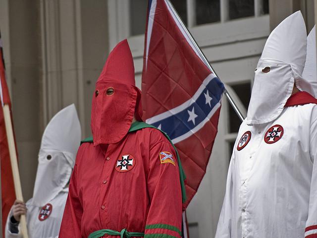 Mitglieder des Ku-Klux-Klans auf einer Veranstaltung im Süden der USA (Quelle: flickr.com/photos/arete13/)