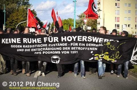 Demonstration gegen das Vergessen im September 2012 in Hoyerswerda (Quelle: flickr.com/photos/pm_cheung/)
