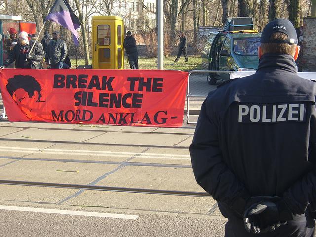 Mahnwache der Initiative in Gedenken an Oury Jalloh vor dem Landgericht in Magedeburg (Quelle: flickr.com/photos/uwehiksch/)