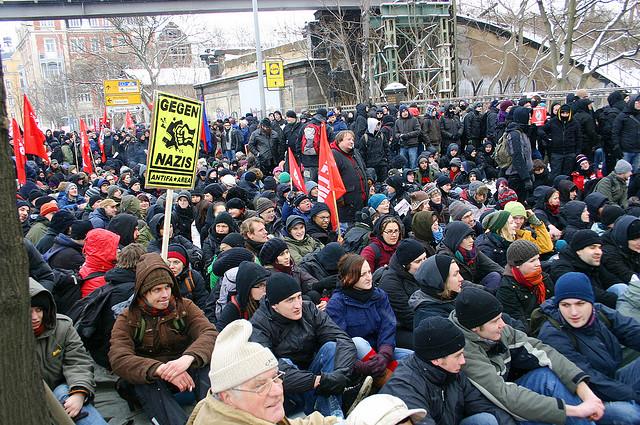 Sitzblockade am 13. Februar 2010 (Quelle: flickr.com/photos/dielinke-sachsen/)