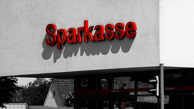 Die Sparkasse im Rechtsstreit mit Nazis (Quelle: flickr.com/photos/xixidu/)