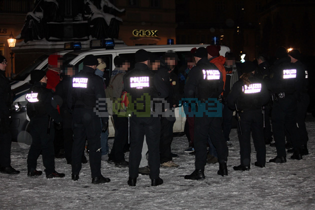 Trauernde Take That Fans werden von der Polizei kontrolliert