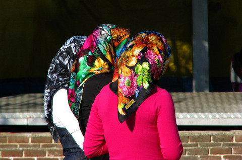 Ein Kopftuch wird zur Zielscheibe des Hasses (Quelle: flickr.com/photos/mulazimoglu/)