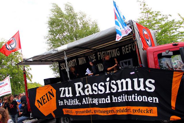 Nein zu Rassismus in Politik, Alltag und Institutionen! (Quelle: flickr.com/photos/strassenstriche/)