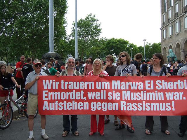Kundgebung am 1. Juli 2010 vor dem Dresdner Neuen Rathaus (Quelle: flickr.com/photos/44692953@N05/)