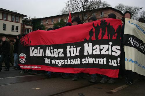 Kein Kiez für Nazis - Wer wegschaut stimmt zu! (Quelle: flickr.com/photos/kietzmann/)