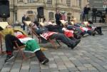 Liegestuhlprotest vor der Frauenkirche (Quelle: erlassjahr.de)