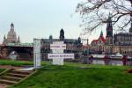 Kunstinstallation vor Altstadtkulisse