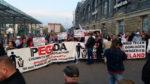 PEGIDA vs. PEGIDA vor dem Dresdner Hauptbahnhof (Quelle: twitter.com/streetcoverage)