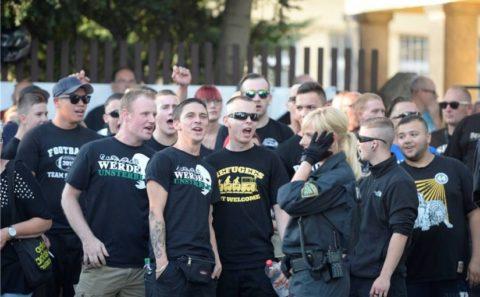 Nazis an der Bremer Straße in Dresden (24.07.2015), Franz Richter mit «werde unsterblich» T-Shirt und Gürteltasche