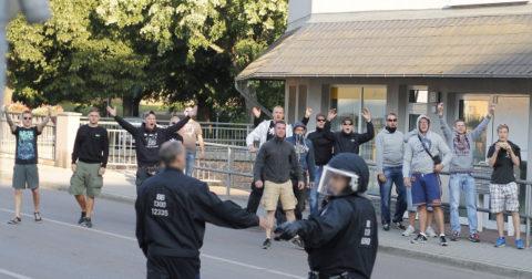 """Steven """"West"""" (dritte Person von rechts) beim versuchten Angriff auf eine antifaschistische Demonstration in Freital (Quelle: flickr.com/photos/lukasbeyer/20073776990)"""