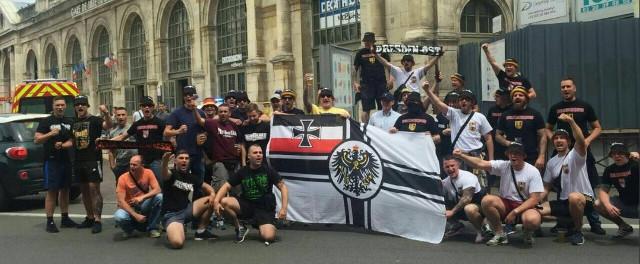 Nazis bei der Fußballeuropameisterschaft in Lille 2016: Paul Oehme (rechts unten an der Fahne), Felix Richter (zweiter von rechts, weißes Shirt)