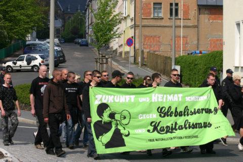 Naziaufmarsch am 01. Mai 2009 in Freiberg, die zweite Person von rechts am Transparent: Frederic Pöthig