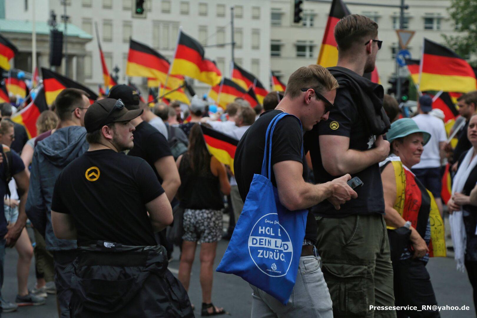 Toni Schneider und Paul Neumann auf einer AfD Demonstration am 27.Mai.2018 in Berlin, links im Bild Ricardo Knöfel (IB Dresden)