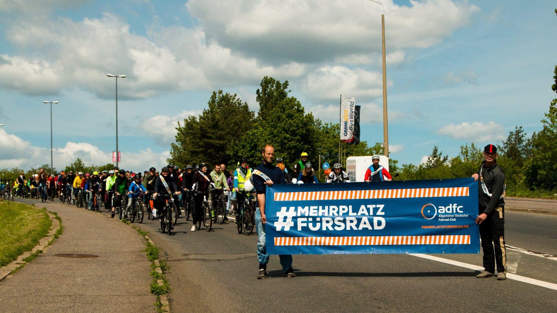 Menschen in Dresden demonstrierten heute mit dem @FahrradClub für #MehrPlatzFürsRad