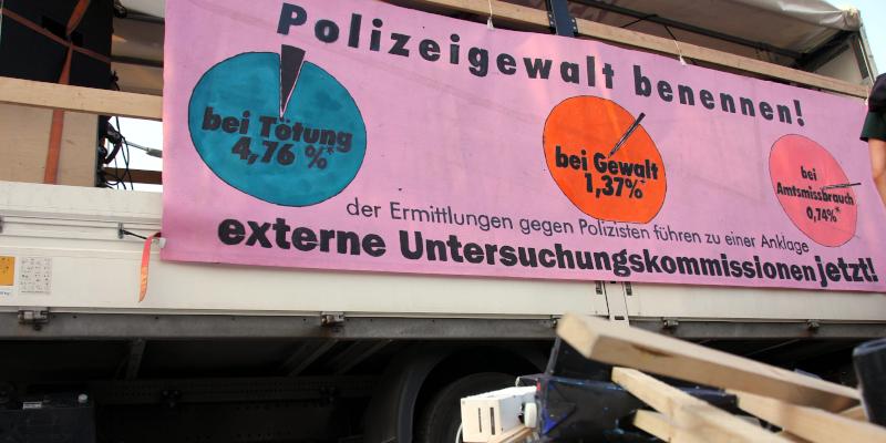 """Transparent mit der Aufrschrit """"Polizeigewalt benennen"""""""
