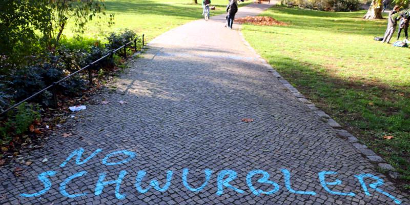 No Schwurbler - Schriftzug auf einen Gehweg gesprüht