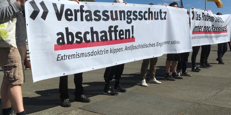 """Transparent mit der Aufschrit """"Verfassungsschutz abschaffen, Extremismusdoktrin kippen, Antifaschistisches Engagement stärken."""""""