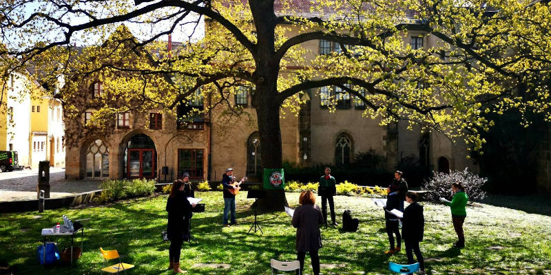 Singende Personen im Kreis auf einem Platz in Pirna