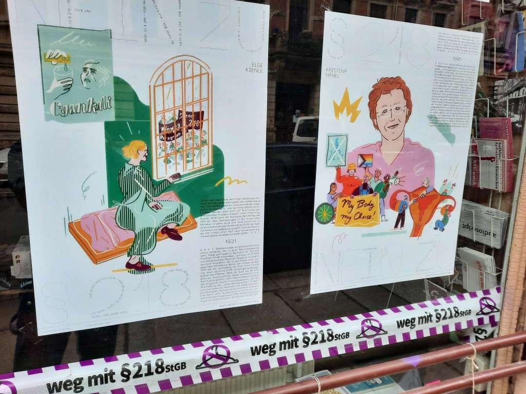 """Schaufenster der kosmotique mit Plakaten zur Kampagne """"Weg mit §218 StGB"""""""