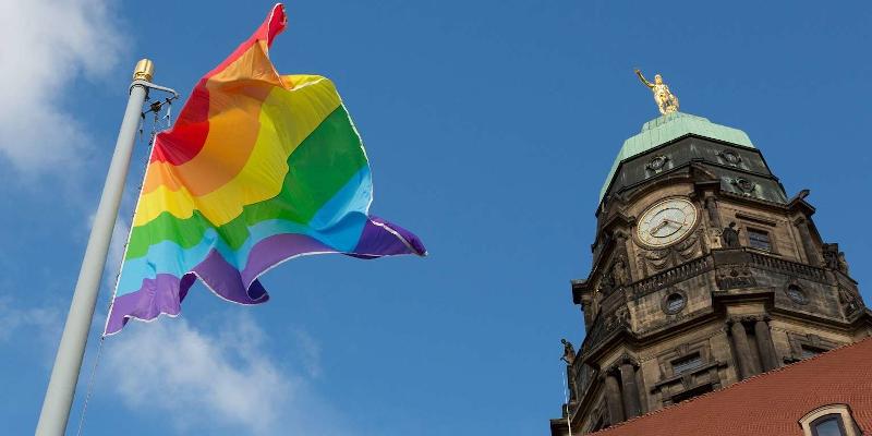 Vor dem Rathaus Dresden weht die Regenbogenflagge im Wind