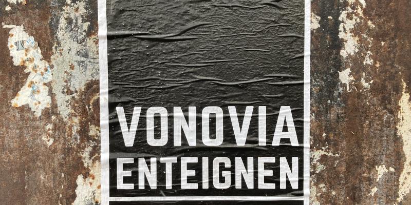 Schwarzes Plakat auf rostigen, braunen Untergrund, die Aufschrift: Vonovia enteignen.