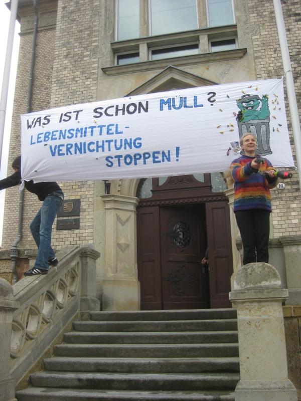 Transparent vor dem Döbelner Amtsgericht (Quelle: http://nirgendwo.info/containerprozess)