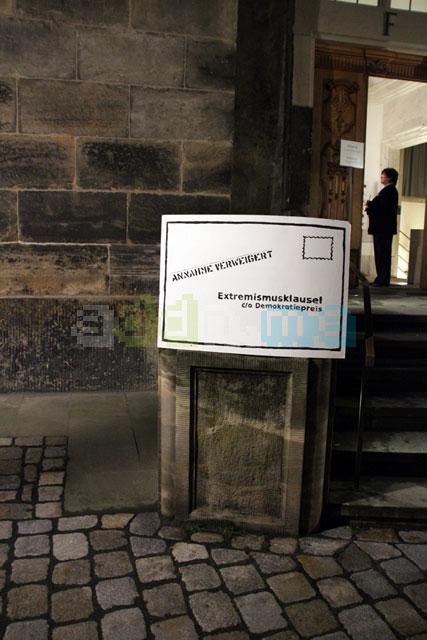 Schild vor dem Eingang der Frauenkirche