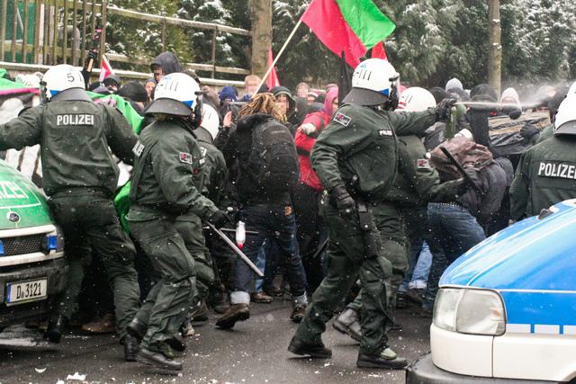 Polizeieinsatz auf der Bernhardstraße (Quelle: flickr.com/photos/theoschneider/)